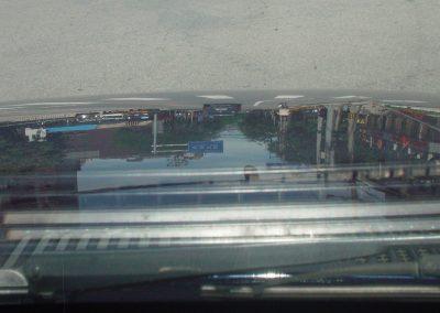 weerspiegeling op motorkap vanuit auto